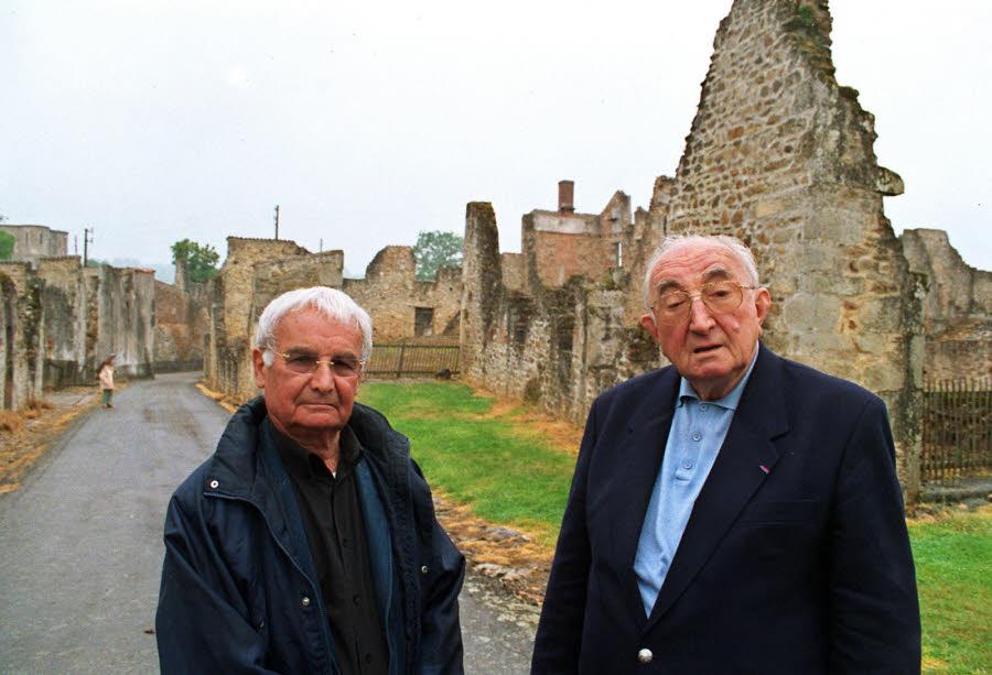 jean-marcel-darthout-a-droite-et-robert-hebras-en-2004-devant-les-ruines-d-une-grange-a-oradou-sur-glane-photo-archives-afp-1475603836